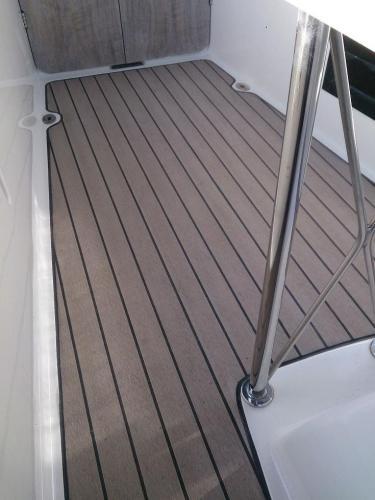 Sailing boat decking without margins