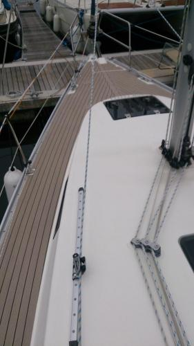 Sailing boat bow and side decks fully decked without margins