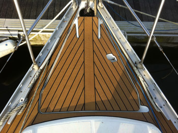 Bow of a sailing boat with Permateek boat decking